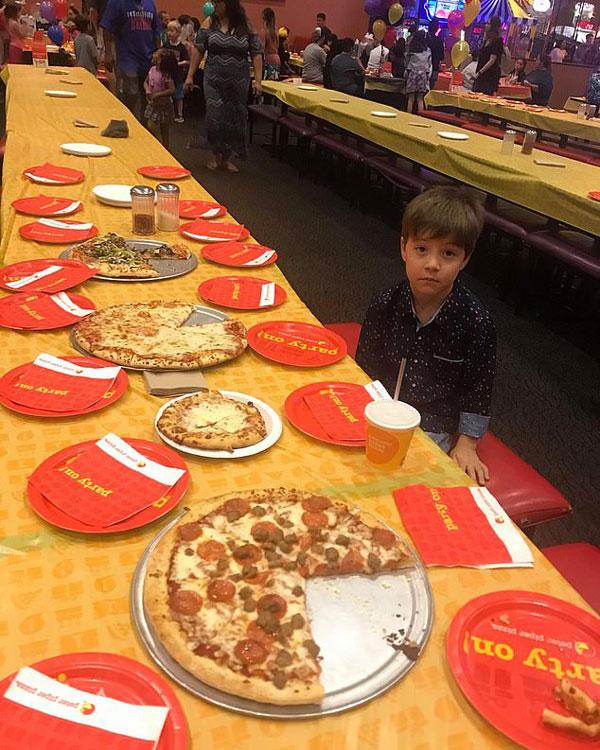 心碎!美国小男孩邀请同学共庆生日结果独守派对