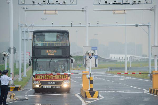 港珠澳大桥正式通车 穿梭巴士运营首发班车入境澳门口岸!