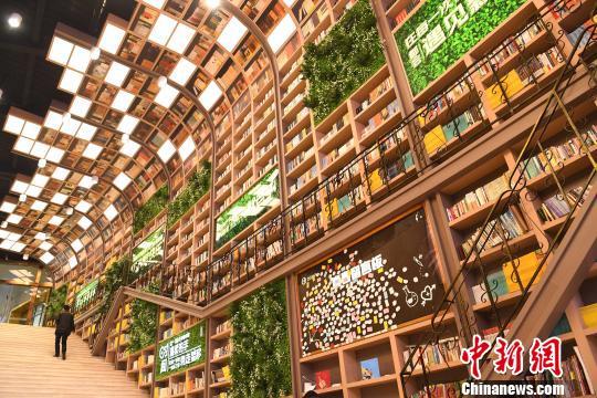 巨型图书架亮相重庆商场通道显壮观