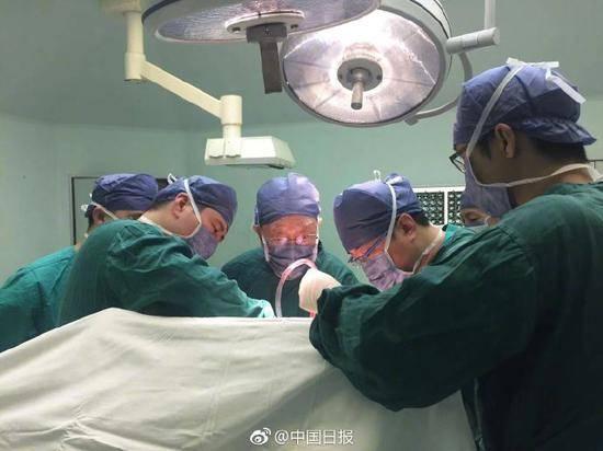 96岁肝胆外科泰斗仍在临床一线 每周做两台手术