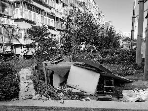 老小区建筑垃圾挡窗根儿