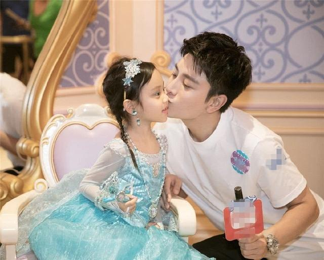 杜江为娇妻霍思燕庆生,二胎女儿意外曝光,旁边的嗯哼亮了