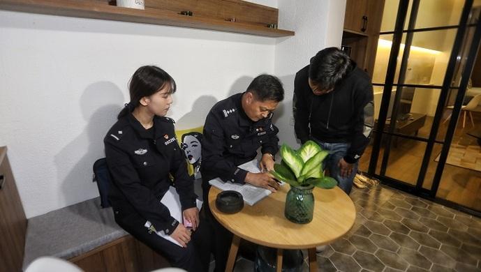 现场直击上海警方连夜清查临时住宿服务场所:部分场所存安全隐患,不允许变相群租存在