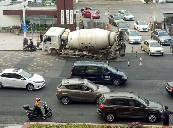 江门一水泥罐车疑超重致路面下陷 24日可修复通车