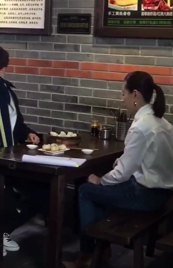 网友偶遇董洁与小鲜肉一起吃早餐,是拍戏还是约会?