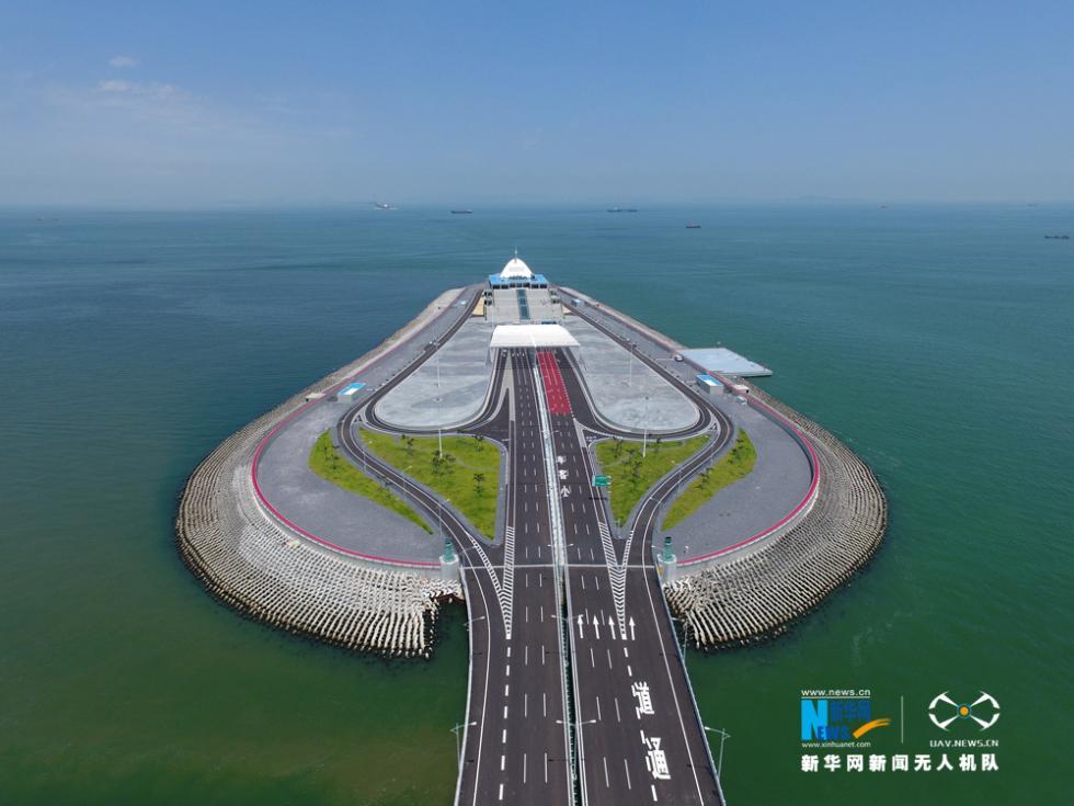 无人机航拍正式通车的港珠澳大桥