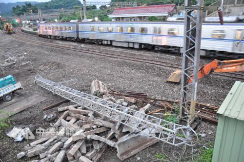 台铁列车事故:24日清晨5时许提前恢复双线通车
