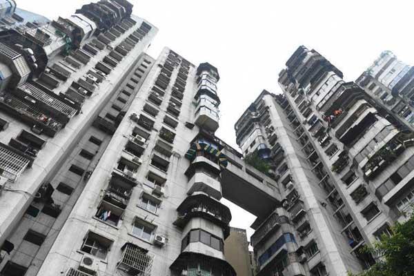 重庆24层高楼没电梯:3个出口通3条街