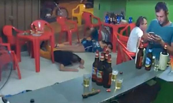 巴西一酒吧突遭抢劫 男顾客沉迷手机浑然未觉