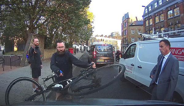 伦敦一自行车骑手嫌司机挡路举车砸奔驰泄愤