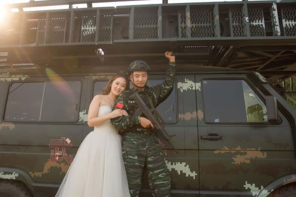 铁血柔情 武警官兵拍军旅婚纱照