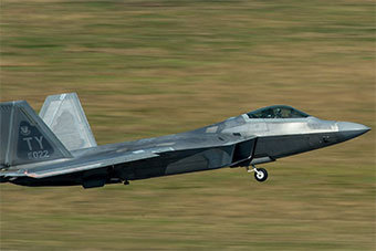 这批F-22战斗机挺过了台风 转场其他机场