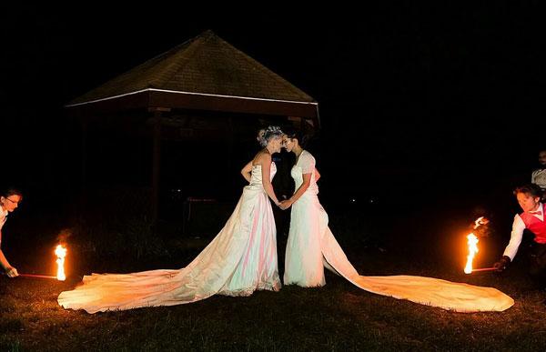 火热之爱!美国女同婚礼上让人点燃其礼服