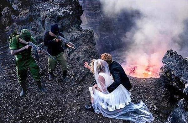 美国新婚夫妻非洲拍摄枪口下结婚照遭网友抨击
