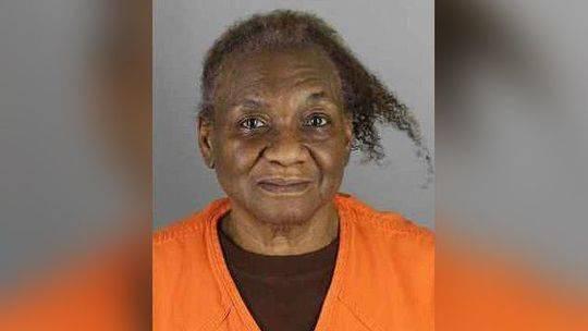 孙子不听话家具上放茶杯 75岁美国老妇人直接开枪