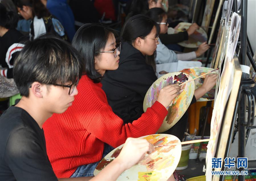 江苏万余考生参加美术高考模拟考试