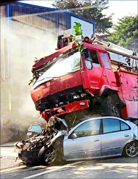 台湾一消防车刹车失灵连撞9车 司机恐赔60多万