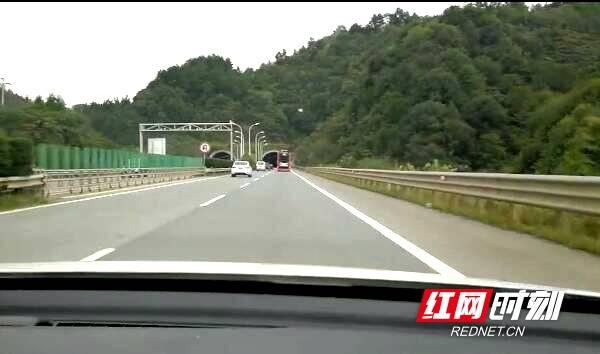 【交警发布】面包车高速侧翻司机被困车内 交警破窗救人