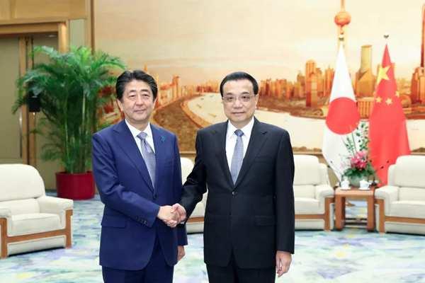 李克强与安倍出席纪念中日和平友好条约缔结40周年招待会