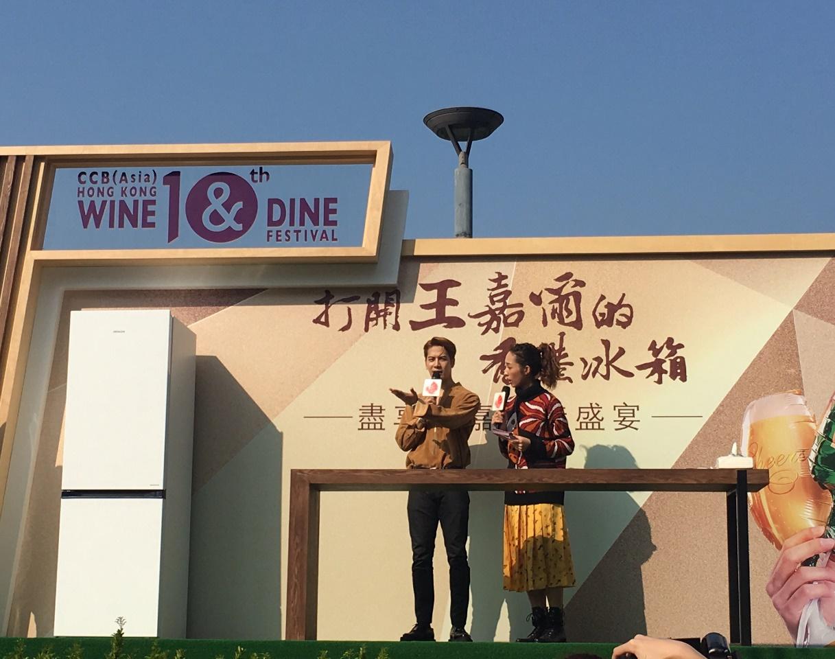 王嘉尔现身香港美酒佳肴巡礼现场为粉丝喂食引全场沸腾