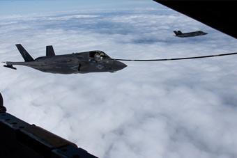 刚坠机就这么嚣张?美军F-35B在东海练空中加油