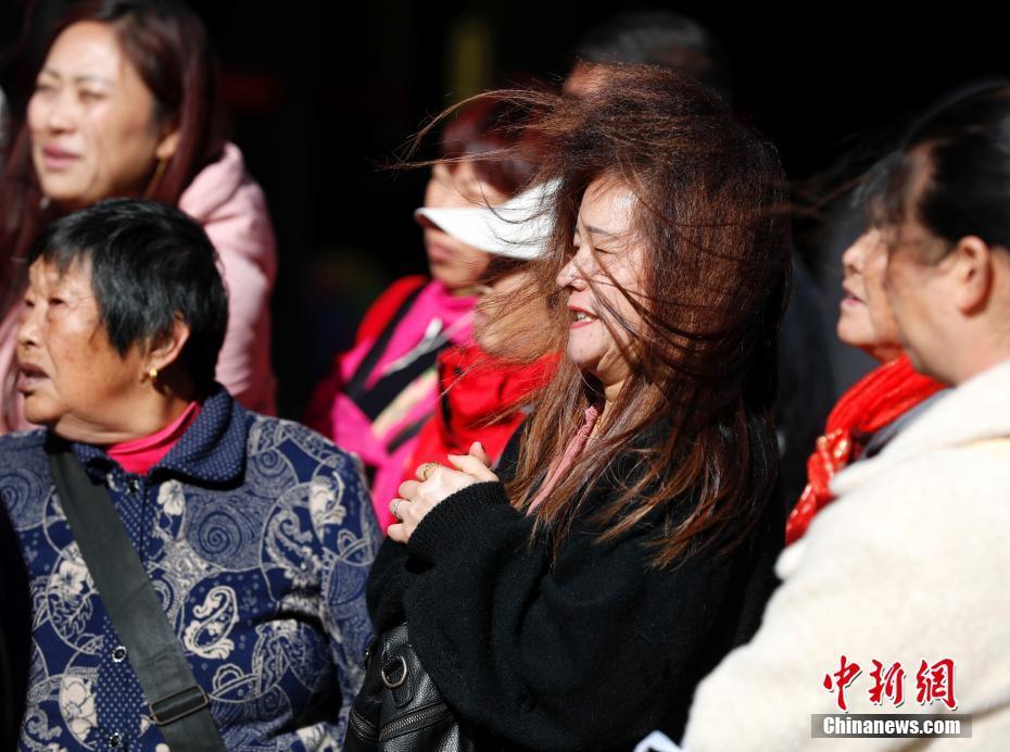 狂风难阻民众出行脚步 北京持续大风蓝色预警