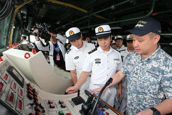 舰艇开放日:解放军登上新加坡隐身护卫舰