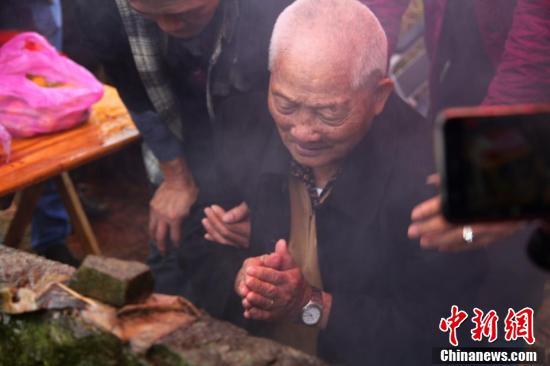 99岁赴台老兵陈竹生回乡祭拜父母