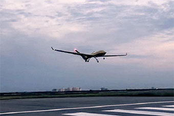 中国新型大尺寸无人机首飞 可自主起降