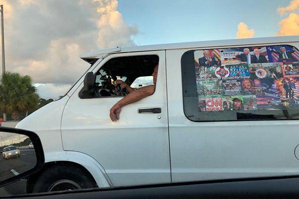 美国炸弹包嫌犯被捕 其车上贴着特朗普照片