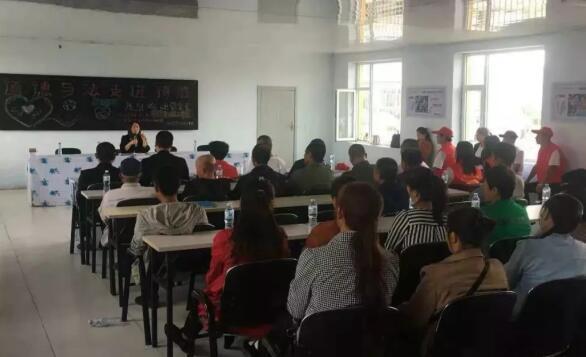 吉林省松原市妇联组织中国妇女十二大代表下基层访妇情