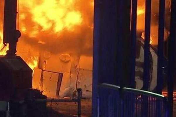 英超莱斯特城队老板的直升机在球场外停车场坠毁