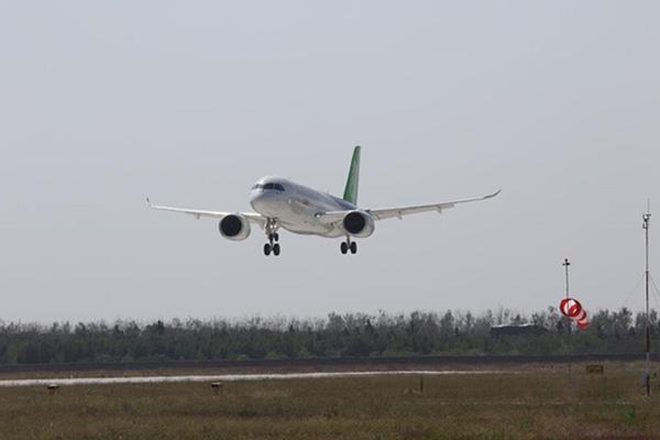 中国国产大飞机C919在南昌瑶湖机场成功试飞