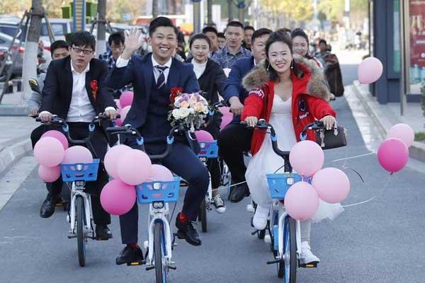 江苏淮安:共享单车当婚车