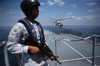 和平友谊2018演习中国海军舰载机外军军舰降落