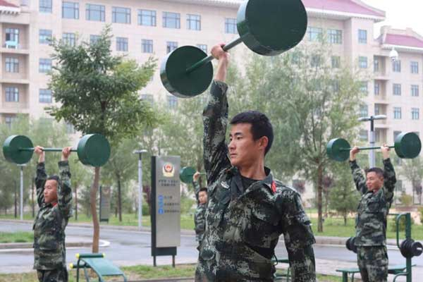 兰州营区武警官兵秋日练兵 单手举杠铃比拼真功夫