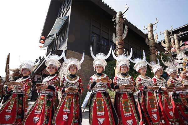 贵州丹寨:万人长桌宴 欢乐享金秋