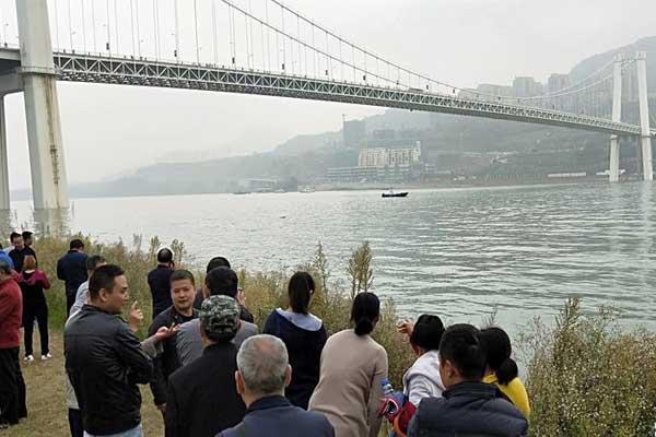 直击重庆公交坠江搜救现场:已打捞出两具遗体