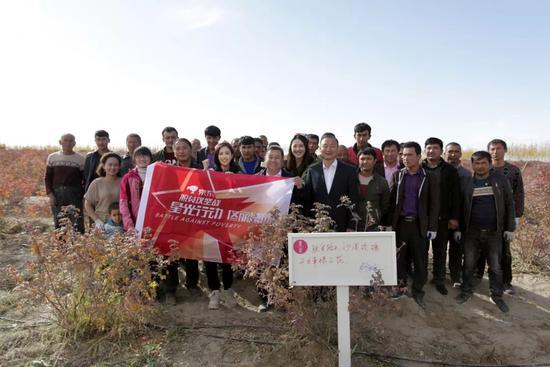 """新疆孩子佟丽娅回娘家 夜宿沙漠和""""小房东""""看日出"""