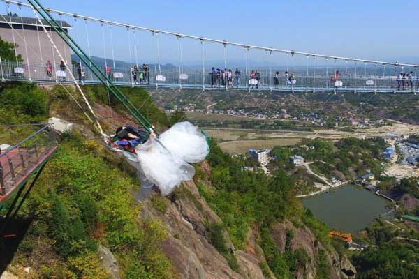 湖南女孩拍高空创意照 惊险刺激引围观