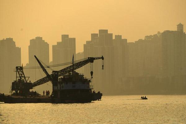 重庆一辆载有10多人的大巴车坠入长江 搜救人员全力救援