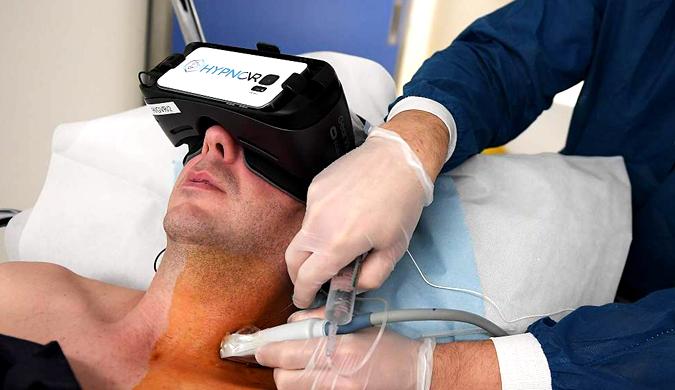 VR技术新应用 病人头戴VR眼镜接受催眠麻醉