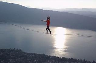 刺激!23岁男子阿尔卑斯山中700米高空蒙眼走绳索