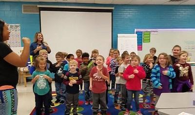 暖心!美国幼儿园小冤家个人用手语为聋哑教师庆生