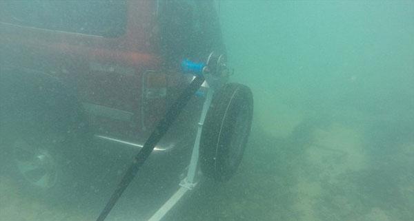 澳潜水者海底发现越野车 钥匙仍未拔出