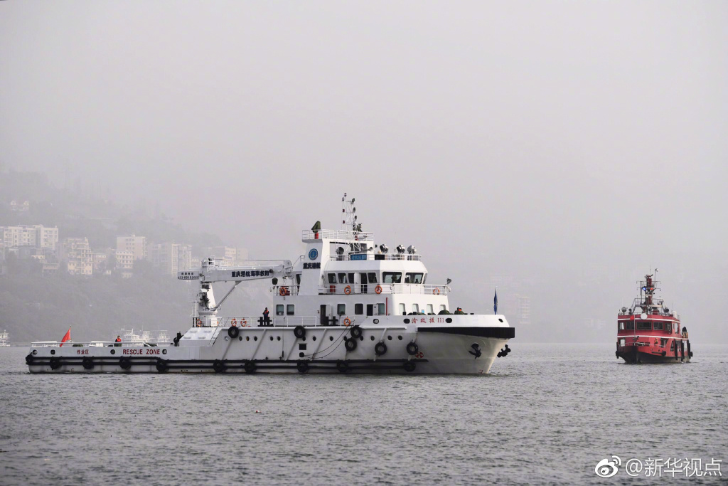 70多艘船只围绕重庆公交车坠江水域全面开展搜救