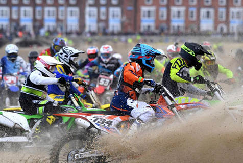 热血沸腾!英摩托车越野赛300名骑手驰骋海滩