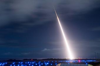 威胁退出中导条约后 美国试验拦截中程弹道导弹