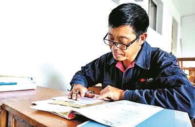 51岁上大学的泥瓦匠 希望继续大学梦