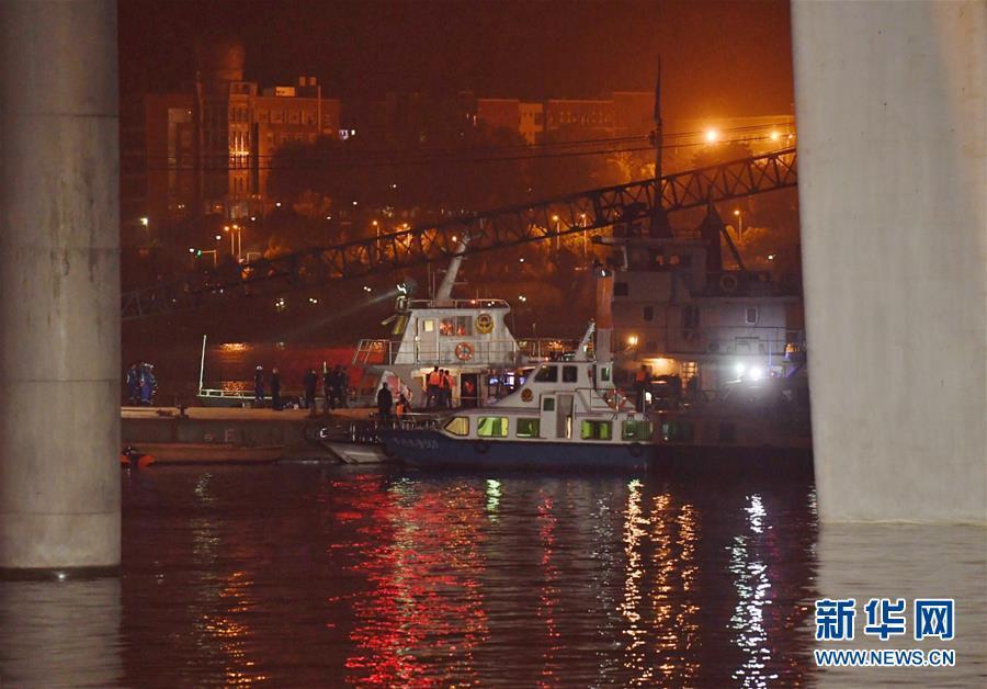 (重庆公交车坠江事故·图文互动)(3)夜幕降临,重庆万州公交客车坠江事故救援工作仍在进行中